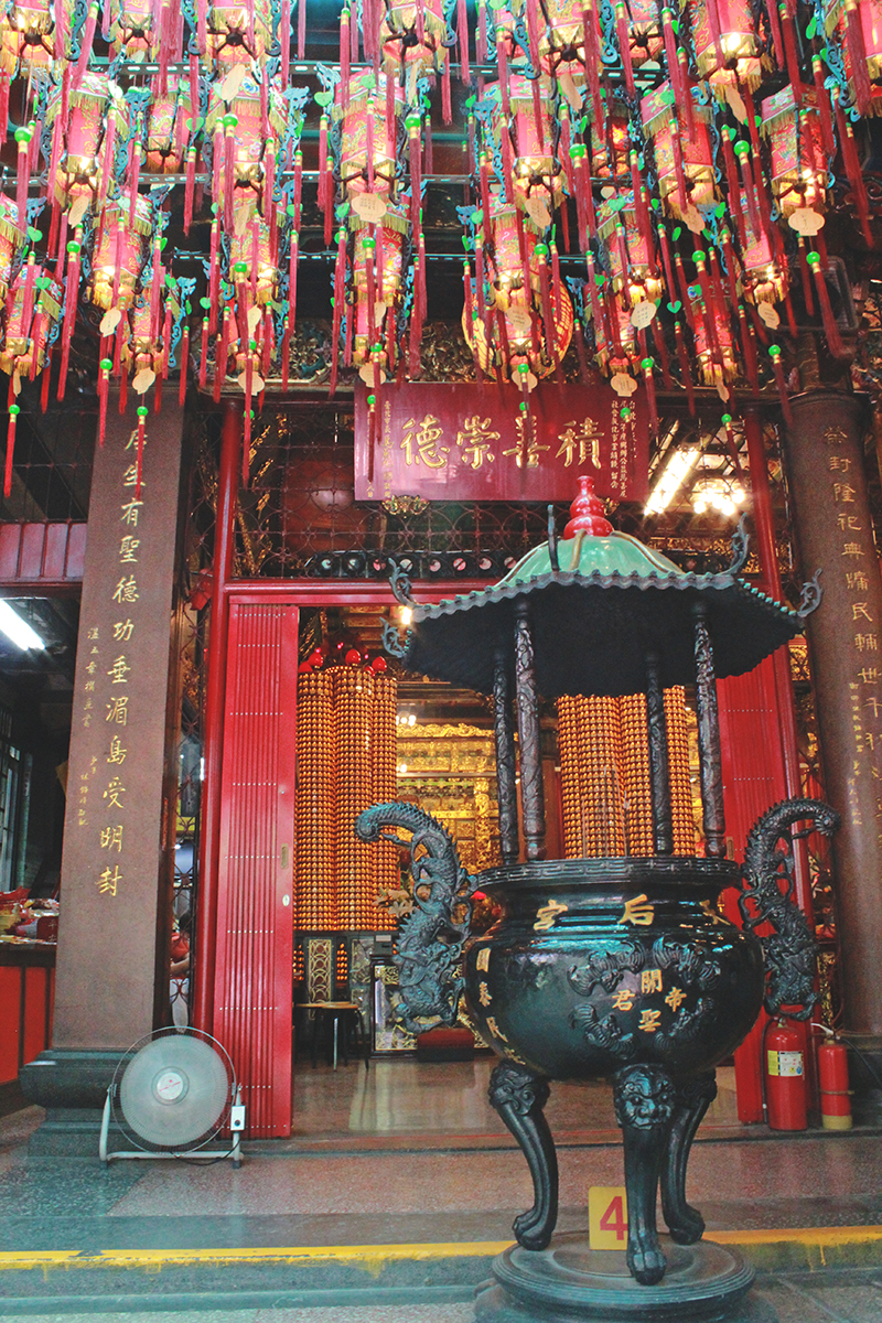 Living in Taipei City, Taiwan - Temple light